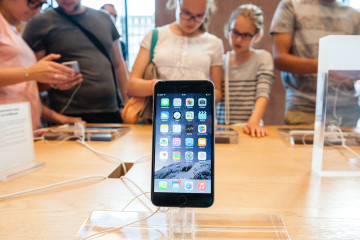 bigstock-Apple-Store-with-new-iPhone-72378871